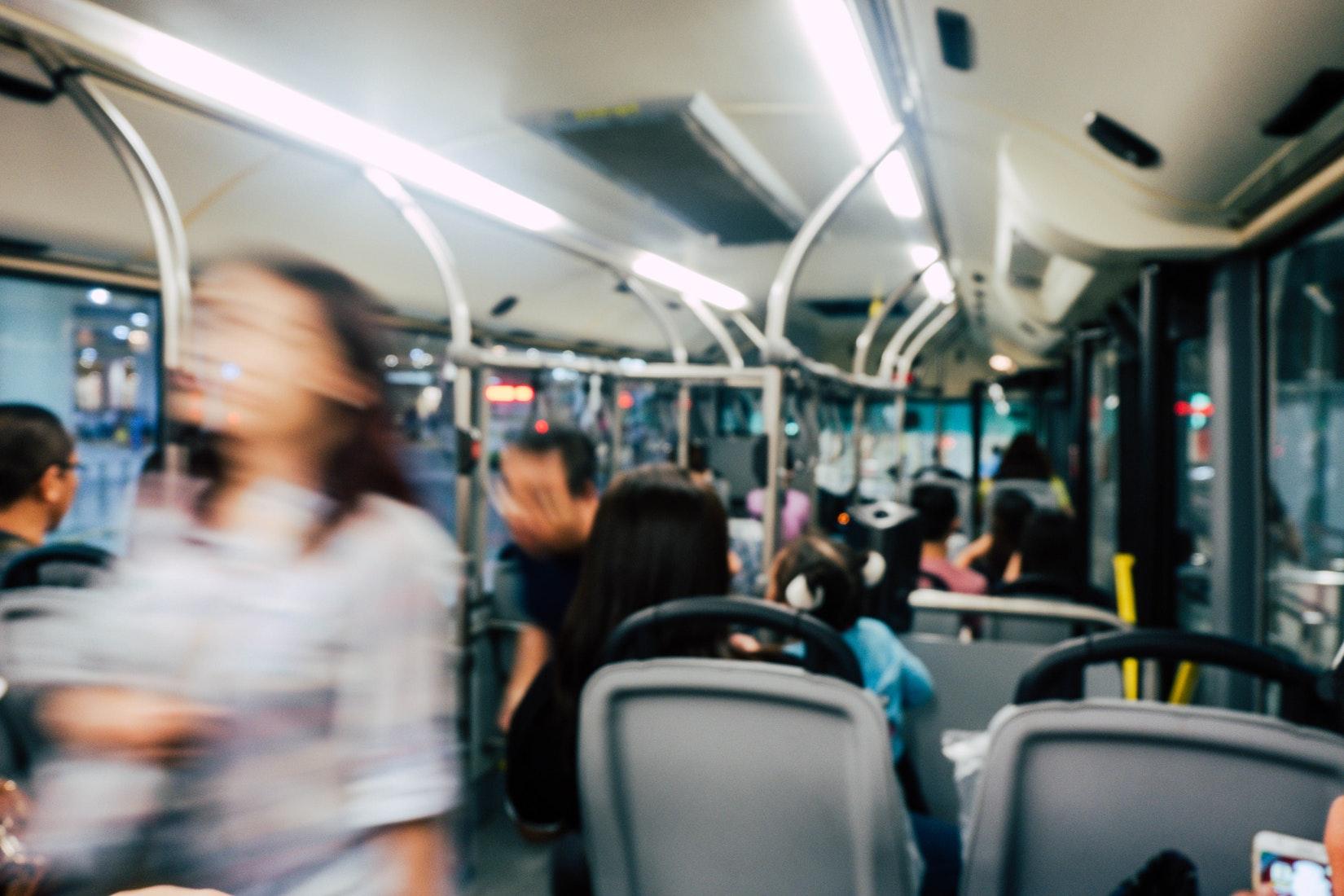 澳洲留学生搭巴士